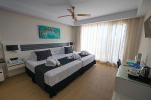 Cama o camas de una habitación en Playasol Aquapark & Spa Hotel