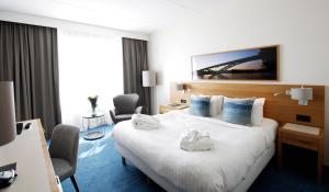 A bed or beds in a room at Courtyard by Marriott Stockholm Kungsholmen