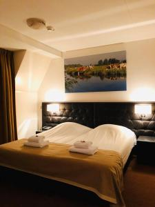 A bed or beds in a room at Hotel - Restaurant - Cafe- Geertien