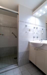 A bathroom at Bateau Hotel le Chardonnay Avignon