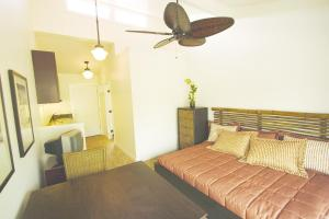A bed or beds in a room at Aina Nalu Lahaina by Outrigger