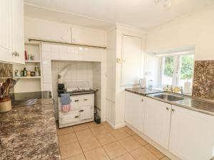 A kitchen or kitchenette at Nanvivian, Feock