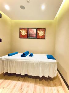 سرير أو أسرّة في غرفة في فندق نافيتي ورويك الدمام