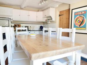 A kitchen or kitchenette at The Old Swan, Malmesbury