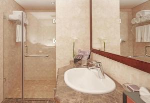 Um banheiro em Dallah Taibah Hotel