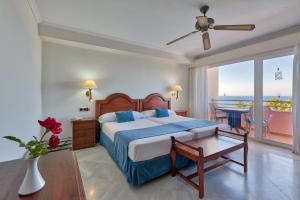Een bed of bedden in een kamer bij Marbella Playa Hotel