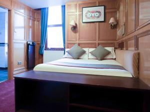 A bed or beds in a room at OYO The Rowers Hotel