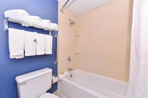 A bathroom at Holiday Inn Express Worcester, an IHG Hotel