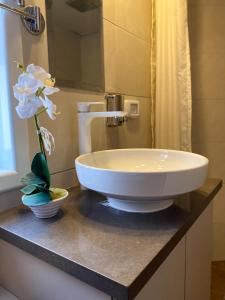 A bathroom at Boutique Rooms - Avrooms Place