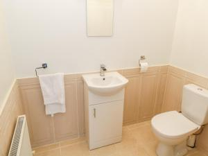 A bathroom at 59 River Run