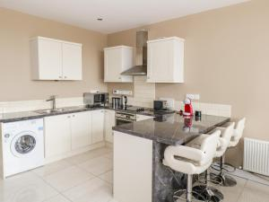 A kitchen or kitchenette at 59 River Run