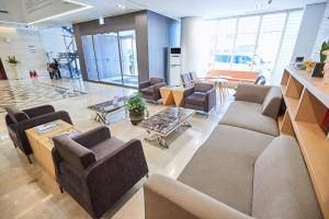 A seating area at Days Hotel by Wyndham Seoul Myeongdong