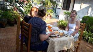 A restaurant or other place to eat at Jojies Homestay Fortkochi