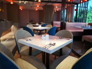 A restaurant or other place to eat at King Park Hotel Kota Kinabalu