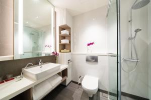 Ein Badezimmer in der Unterkunft PARKROYAL on Kitchener Road