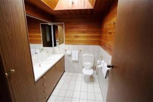 A bathroom at Casbak Alpine Units