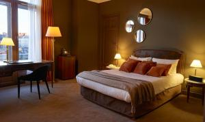 Кровать или кровати в номере Hotel Carlton