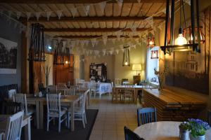 A restaurant or other place to eat at Mooste mõisa Linakoja külalistemaja