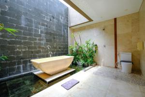 A bathroom at The Westlake Hotel & Resort Yogyakarta