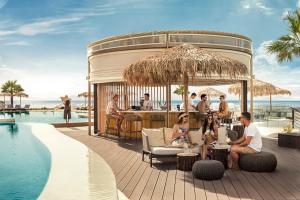בריכת השחייה שנמצאת ב-Mitsis Norida Beach Hotel או באזור