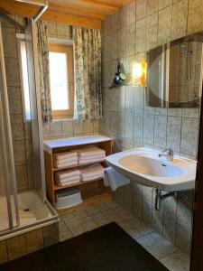 Ein Badezimmer in der Unterkunft Appartement Haus Bärbl