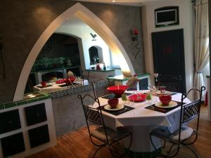 Restaurant ou autre lieu de restauration dans l'établissement LA BASTIDE DES 3 AS