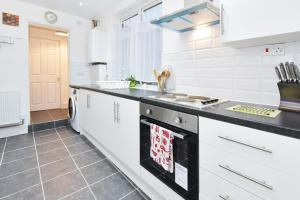 A kitchen or kitchenette at Townhouse @ Hanley Road Stoke