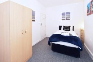 A bed or beds in a room at Townhouse @ Hanley Road Stoke