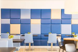 A restaurant or other place to eat at Holiday Inn Express Amsterdam Arena Towers, an IHG Hotel