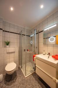 A bathroom at Ferienweingut Klaus Thiesen Gästezimmer und Apartments