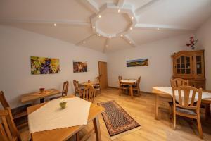 A restaurant or other place to eat at Ferienweingut Klaus Thiesen Gästezimmer und Apartments