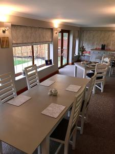 A restaurant or other place to eat at Linden Tree Holiday Apartments