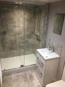 A bathroom at Linden Tree Holiday Apartments