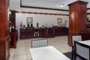 A restaurant or other place to eat at La Quinta by Wyndham Savannah Airport - Pooler