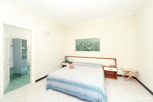 A bed or beds in a room at A Durmì