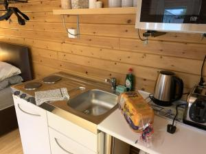 A kitchen or kitchenette at Southernwood - Garden Lodge 3