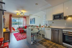 A kitchen or kitchenette at Apartament Sotavento