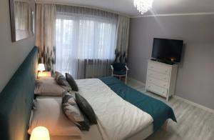 A television and/or entertainment centre at Apartament 44m2 w centrum