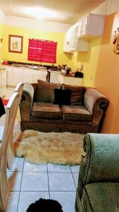 A seating area at Hillview Home Away from home