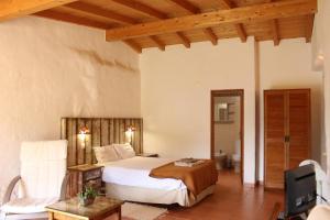 A bed or beds in a room at Quinta Pedagógica da Samoqueirinha - Duna Parque Hotel Group