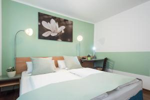 A bed or beds in a room at Residenz Hotel Wuppertal