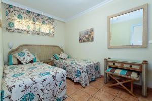 Een bed of bedden in een kamer bij VIP Apartamentos Nogal- Adults Only