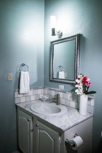 A bathroom at Connie's Comfort Suites