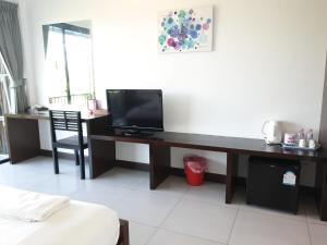 Una televisión o centro de entretenimiento en The Nidhra Boutique Resort