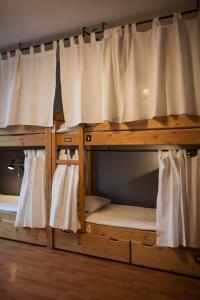 Łóżko lub łóżka piętrowe w pokoju w obiekcie Hostel Flamingo Centrum