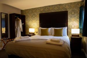 A bed or beds in a room at Maltsters
