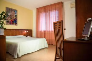 A bed or beds in a room at Hotel Califfo
