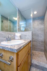 A bathroom at Matecumbe Resort