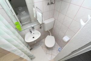 A bathroom at Apartment Nika