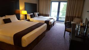 A bed or beds in a room at Shamrock Lodge Hotel